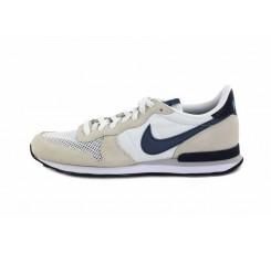 Deportiva blanca con símbolo azul Nike Internationalist