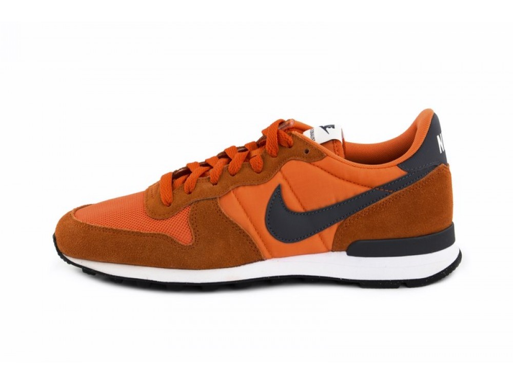 low priced 851a3 2d671 Deportiva naranja con símbolo azul Nike Internationalist