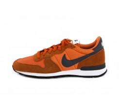 Deportiva naranja con símbolo azul Nike Internationalist