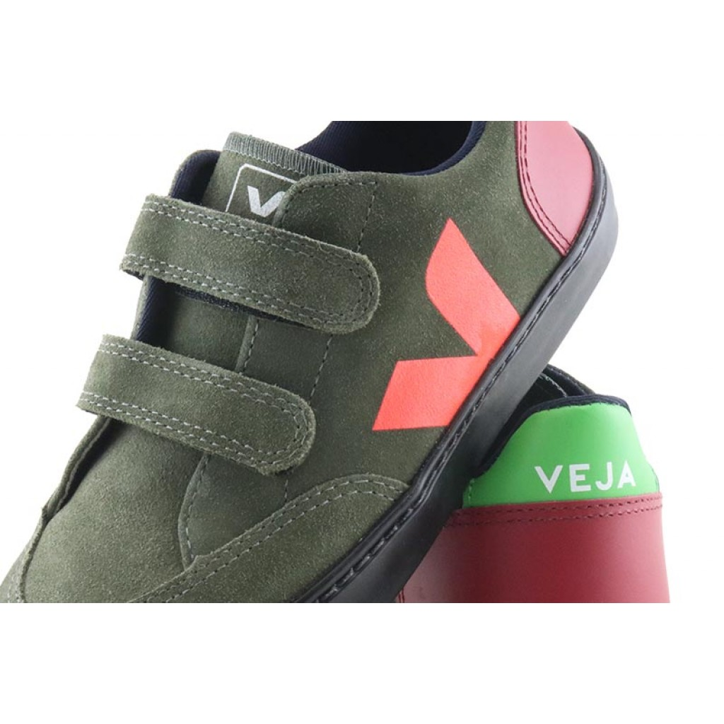 Deportiva en ante kaki y suela negra con velcro Veja V12