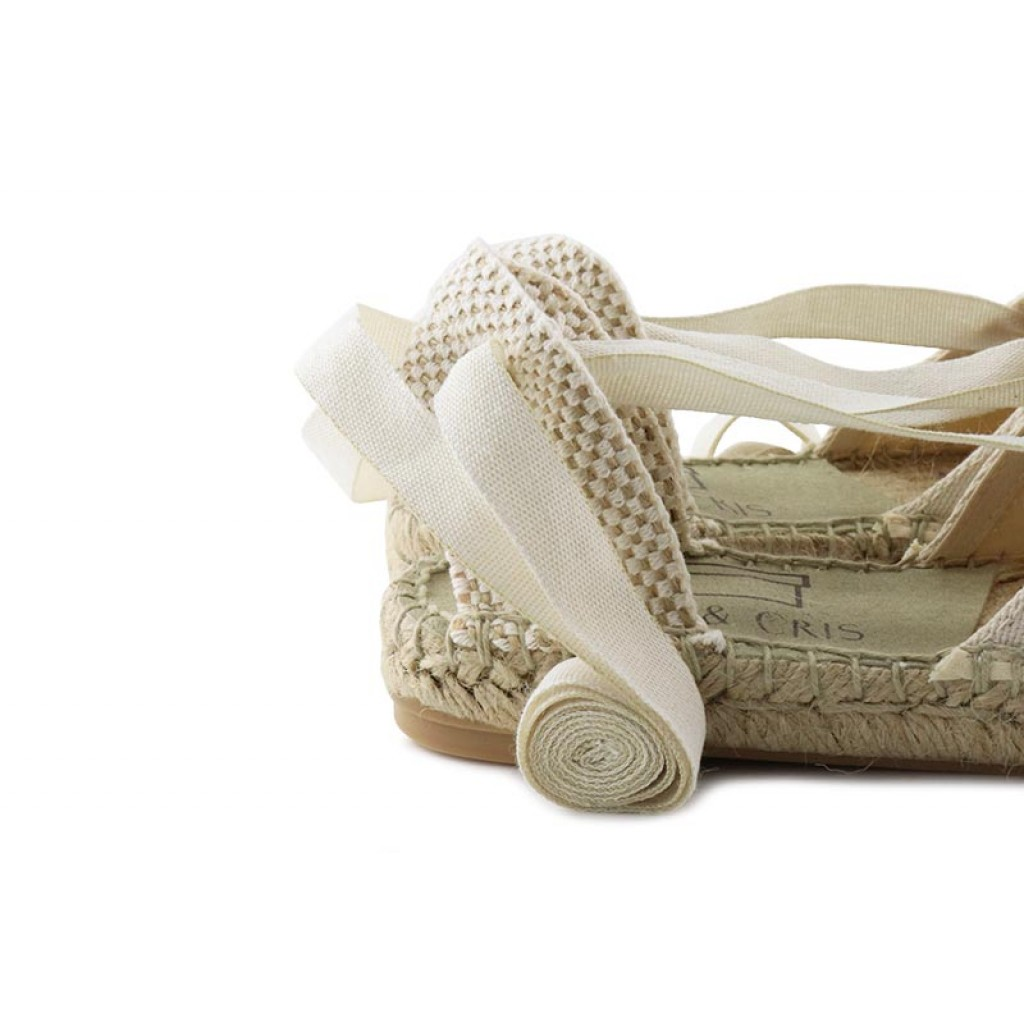 Alpargata con cintas crudo para niña Pepa y Cris