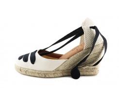 Sandalia de esparto cerrada en color crudo con cintas negras Pepa Y Cris