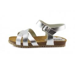 Sandalia piel plateada con tres tiras cruzadas y hebilla Pepa & Cris