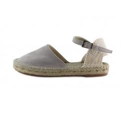 Sandalia gris claro con hebilla suela de esparto Pepa y Cris