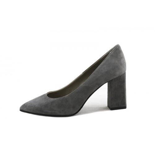 Zapato de salón serraje taupe con tacón Cafe Noir