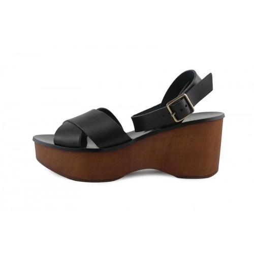 Sandalia en piel negra con plataforma de madera 220V