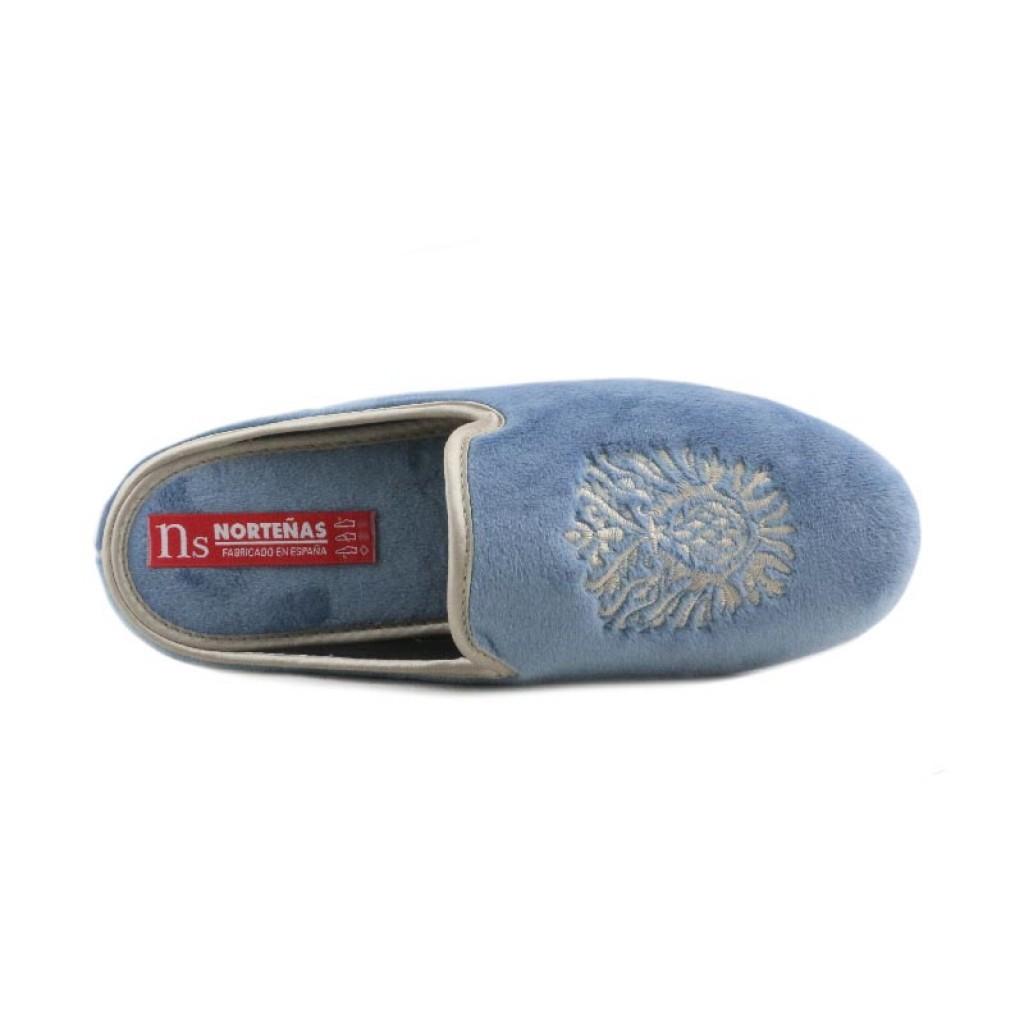 Zapatilla abierta para casa en terciopelo azul jeans con escudo Norteñas