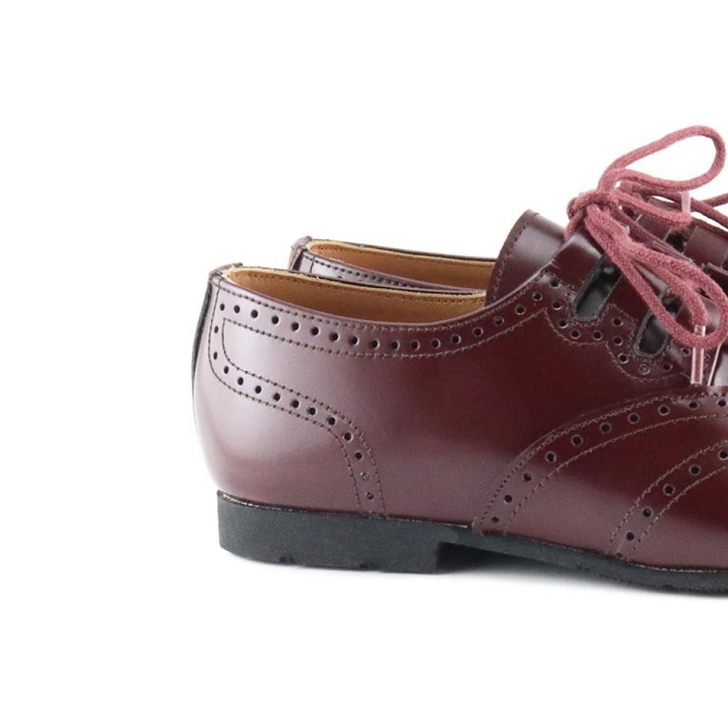 Zapato piel picada brillante burdeos con cordón cruzado Jeromín